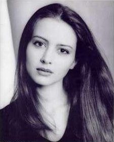Amy Acker achtergrond with a portrait entitled Headshots