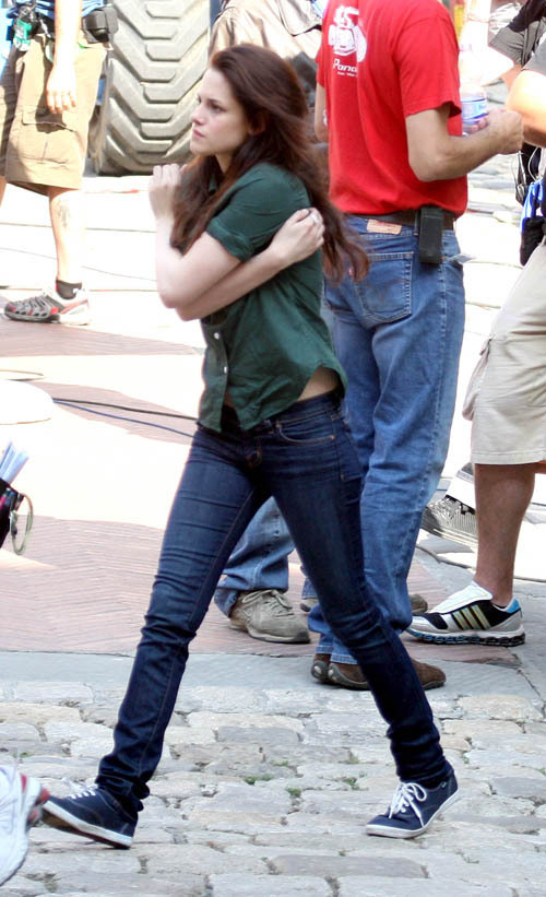 """Kristen with Robert on the set of """"New Moon"""" - 27 May"""