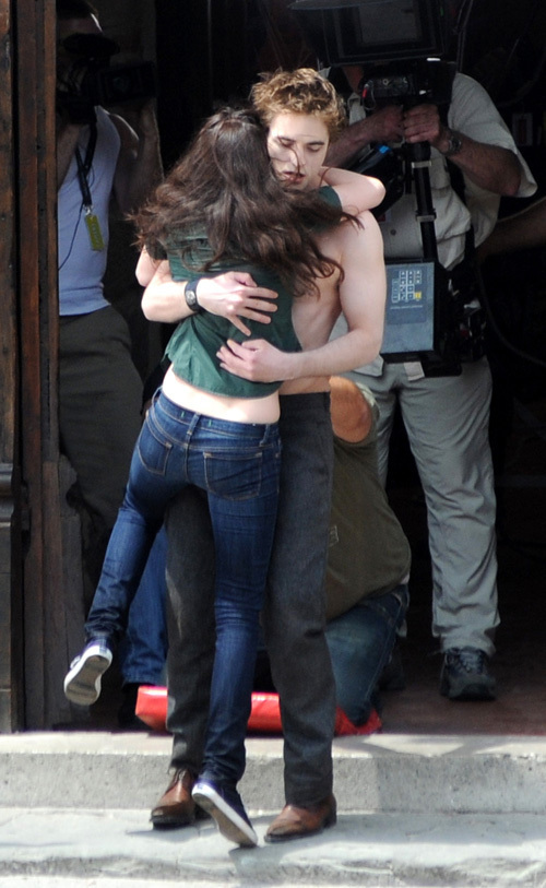 "Kristen with Robert on the set of ""New Moon"" - 27 May"