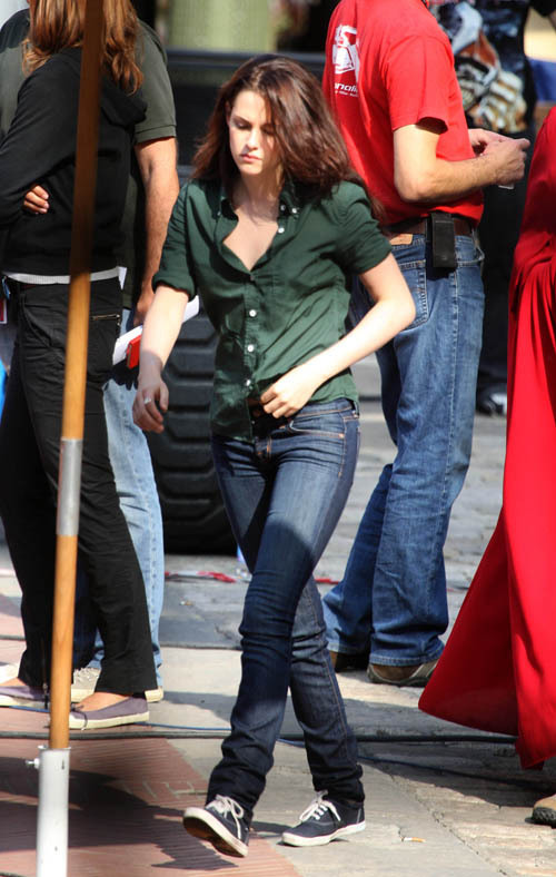 http://images2.fanpop.com/images/photos/6400000/Kristen-with-Robert-on-the-set-of-New-Moon-27-May-twilight-series-6423089-500-788.jpg
