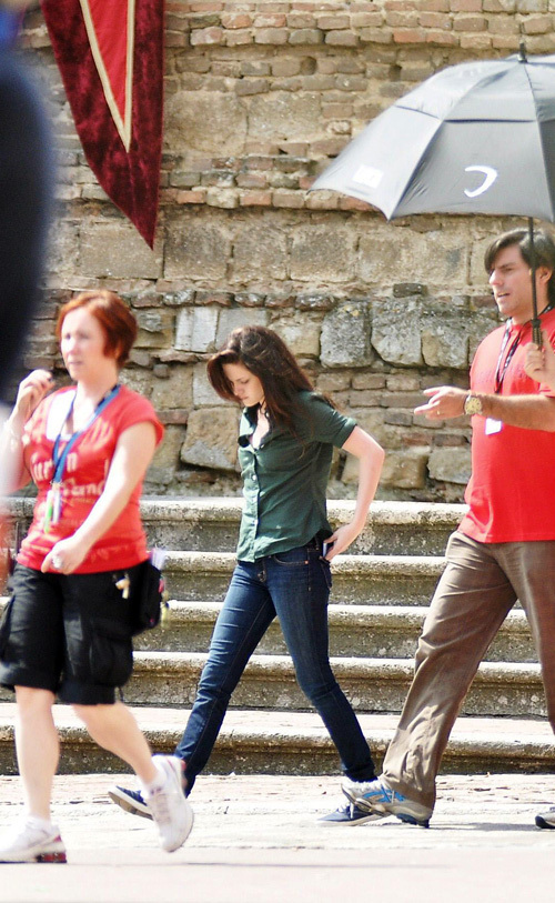 http://images2.fanpop.com/images/photos/6400000/Kristen-with-Robert-on-the-set-of-New-Moon-27-May-twilight-series-6423153-500-813.jpg