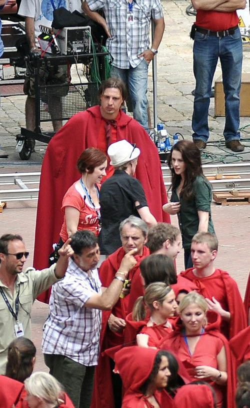 http://images2.fanpop.com/images/photos/6400000/Kristen-with-Robert-on-the-set-of-New-Moon-27-May-twilight-series-6423156-500-815.jpg