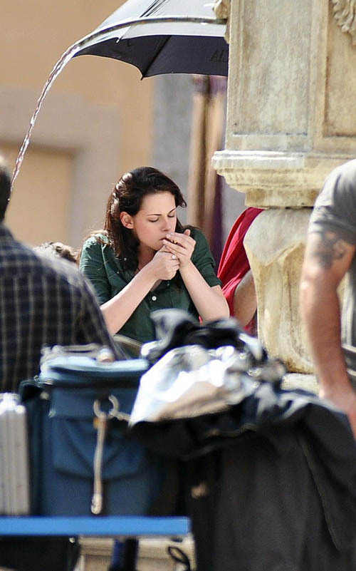 http://images2.fanpop.com/images/photos/6400000/Kristen-with-Robert-on-the-set-of-New-Moon-27-May-twilight-series-6423172-500-801.jpg