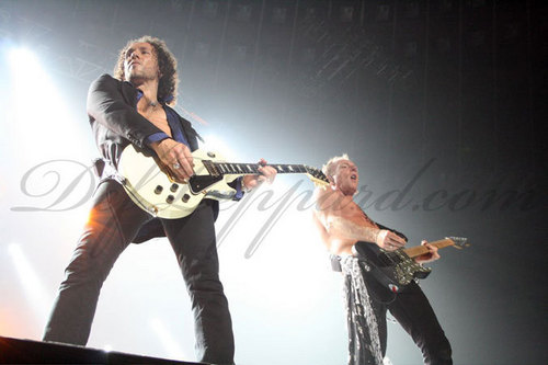 Def Leppard fond d'écran with a guitarist and a concert entitled Live In Japon 2008