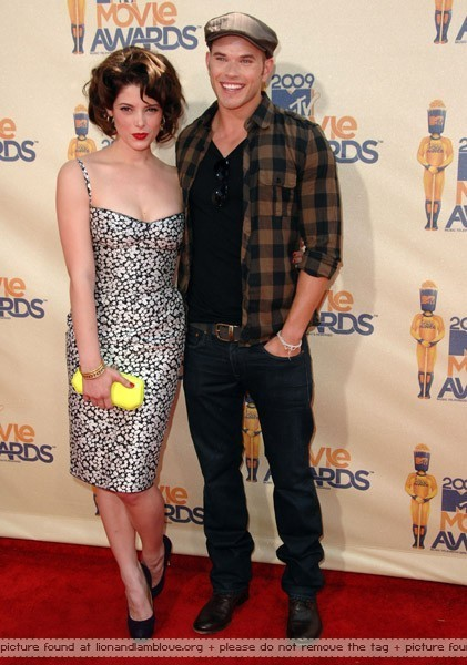 http://images2.fanpop.com/images/photos/6400000/MTV-Awards-Arrivals-twilight-series-6492870-421-600.jpg
