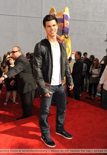 http://images2.fanpop.com/images/photos/6400000/MTV-Awards-Arrivals-twilight-series-6493599-415-600.jpg