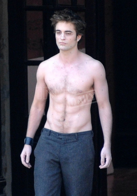 http://images2.fanpop.com/images/photos/6400000/NEW-MOON-ITALY-FILMING-twilight-series-6423538-550-787.jpg