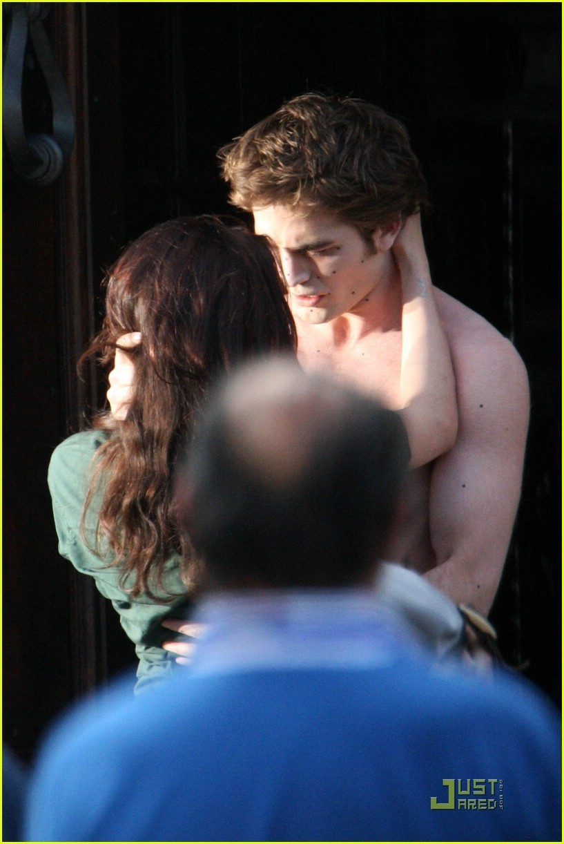 http://images2.fanpop.com/images/photos/6400000/NEW-MOON-ITALY-FILMING-twilight-series-6423540-817-1222.jpg