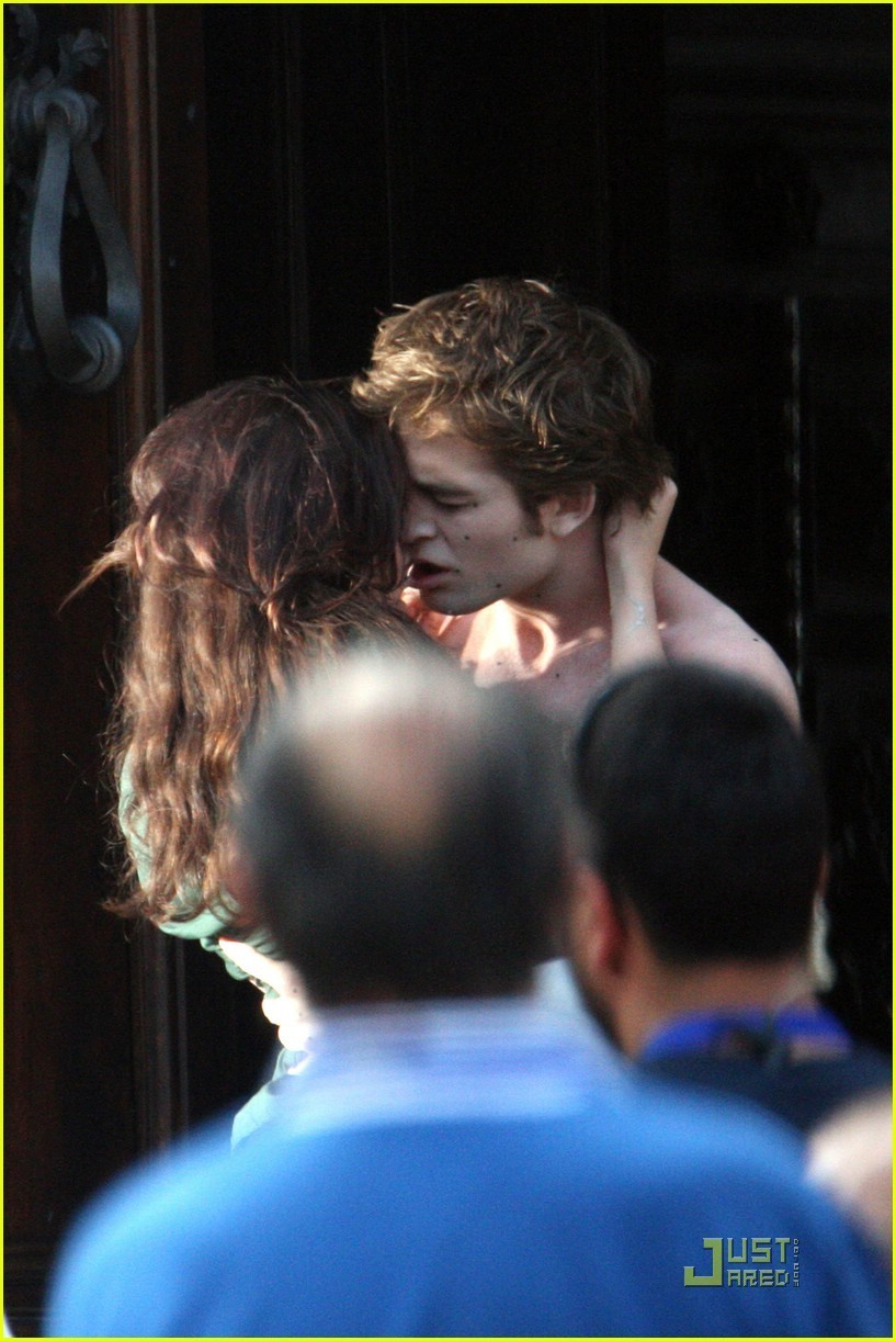 http://images2.fanpop.com/images/photos/6400000/NEW-MOON-ITALY-FILMING-twilight-series-6423544-817-1222.jpg