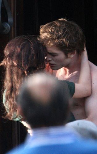 "Robert with Kristen on the set of ""New Moon"" - 27 May"