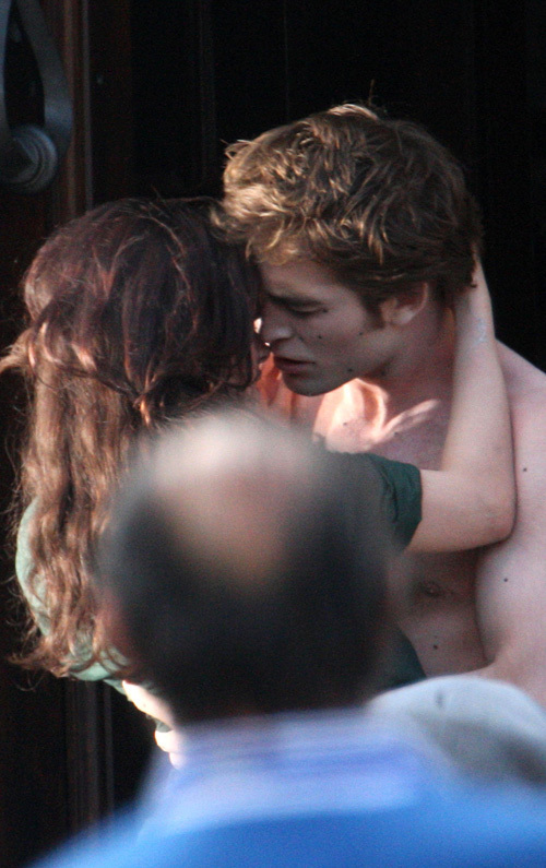 """Robert with Kristen on the set of """"New Moon"""" - 27 May"""