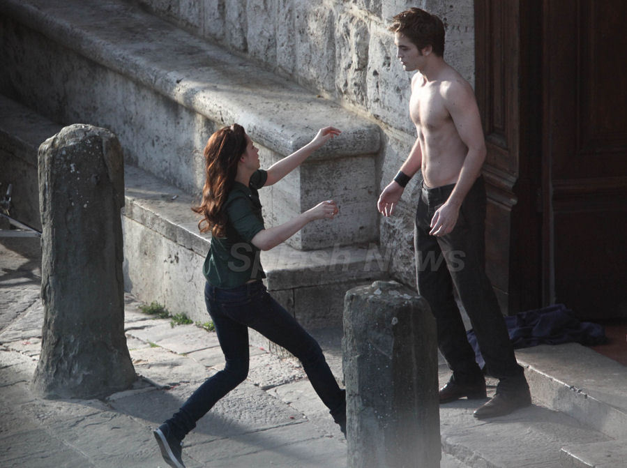 http://images2.fanpop.com/images/photos/6400000/Robsten-3-twilight-series-6424190-899-671.jpg