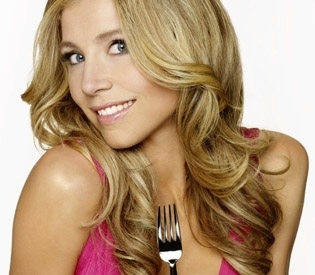 Sarah Chalke wallpaper with a portrait and attractiveness titled Sarah In Maneater