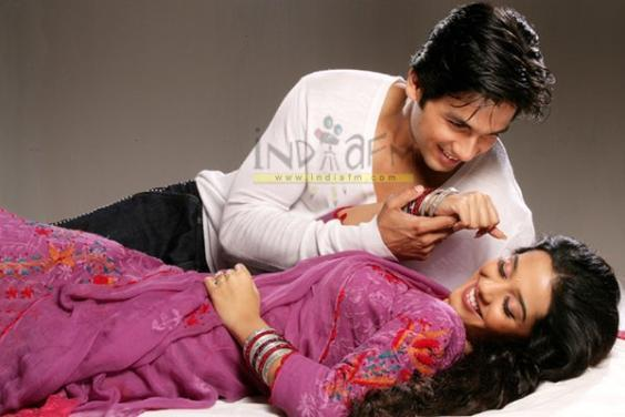 http://images2.fanpop.com/images/photos/6400000/Shahid-and-Amrita-amrita-rao-6433001-564-376.jpg