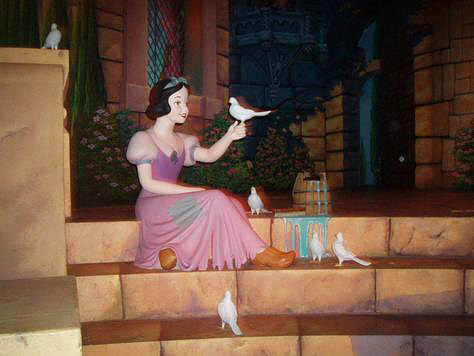 Snow White and the Seven Dwarfs wallpaper possibly containing a bridesmaid, a bouquet, and a polonaise entitled Snow White Statue at Disney World