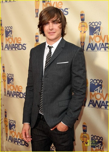 Zac Efron wallpaper with a business suit, a suit, and a three piece suit titled Zac @ 2009 MTV Movie Awards