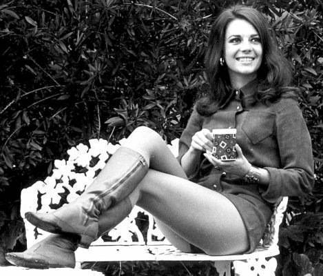 Natalie Wood wolpeyper probably with bare legs, a park bench, and a hip boot called black and white mga litrato