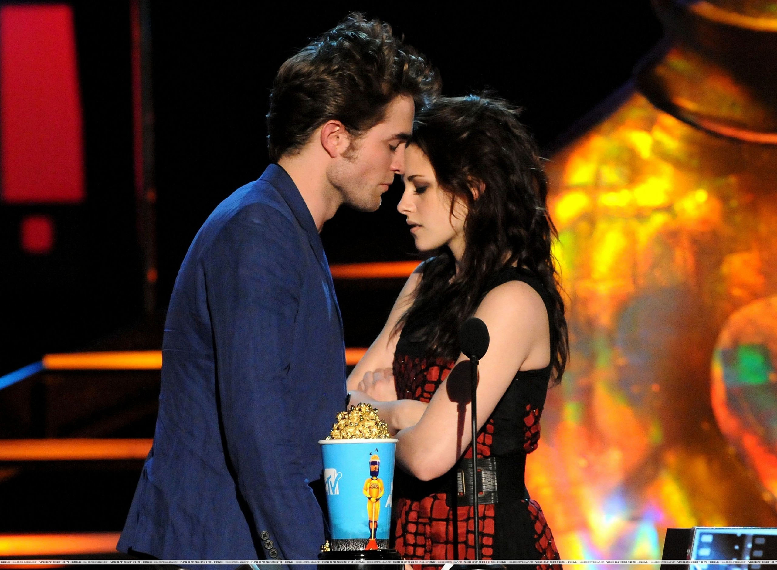 http://images2.fanpop.com/images/photos/6400000/mtv-movie-awards-twilight-series-6494270-2560-1878.jpg