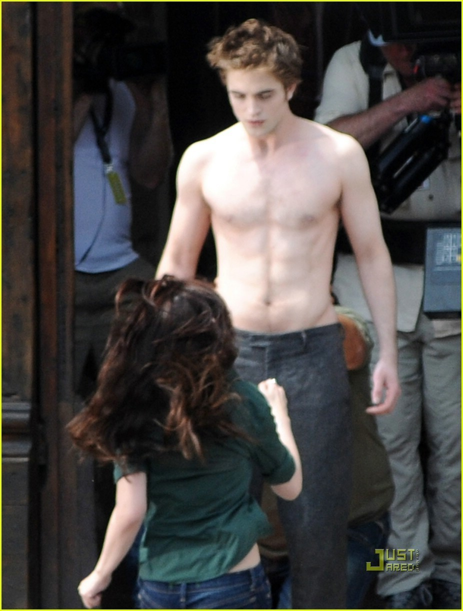 http://images2.fanpop.com/images/photos/6400000/new-moon-twilight-movie-6423247-926-1222.jpg