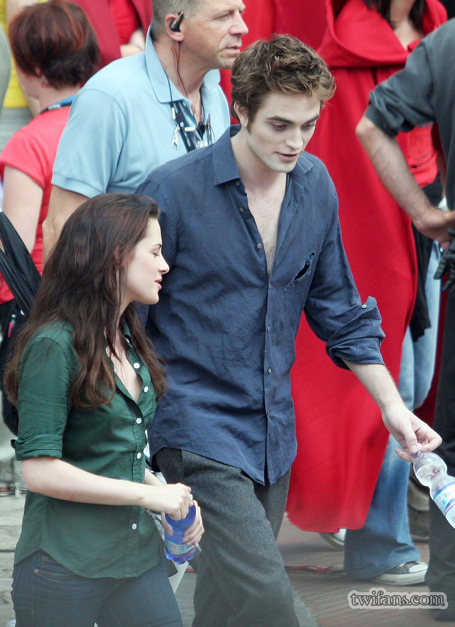 http://images2.fanpop.com/images/photos/6400000/on-set-twilight-series-6431701-1859-2560.jpg