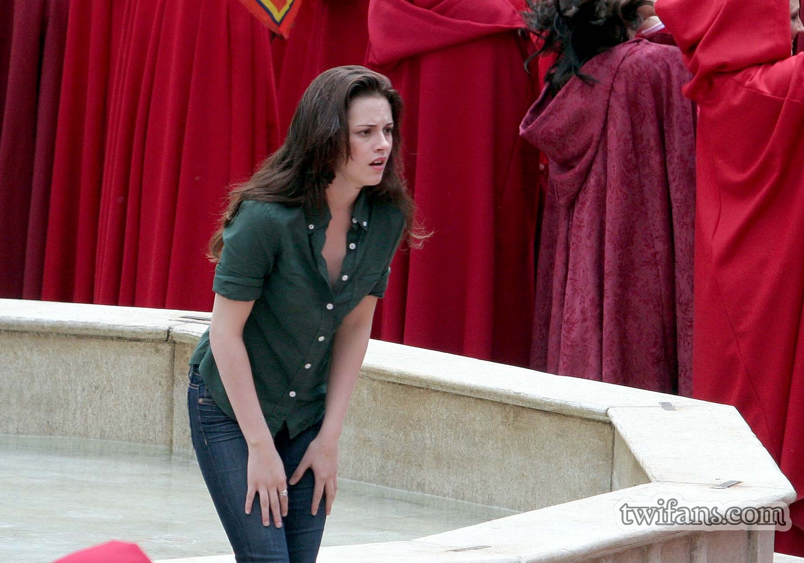 http://images2.fanpop.com/images/photos/6400000/on-set-twilight-series-6431820-2560-1793.jpg