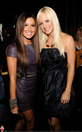 2009 MTV Movie Awards - Page 2 Ashley-2009-MTV-Movie-Awards-Backstage-ashley-tisdale-6512238-311-500