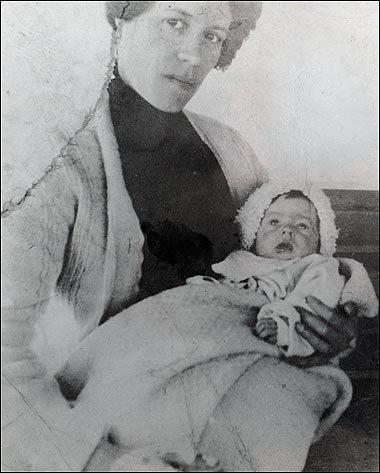 Baby Millvina with mother Georgette