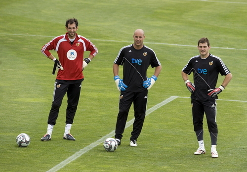 Spain National Football Team wallpaper containing a soccer ball, a fullback, and a soccer player called Goalkeepers