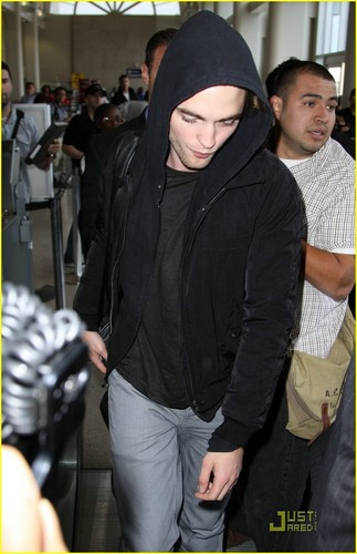 Robert Pattinson Leaving Los Angeles