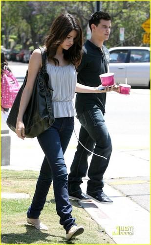 Selena Gomez & Taylor Lautner: Froyo Friends