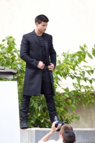 http://images2.fanpop.com/images/photos/6500000/Taylor-Lautner-at-a-photo-shoot-in-Los-Angeles-twilight-series-6512406-319-479.jpg