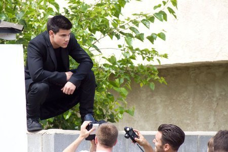 http://images2.fanpop.com/images/photos/6500000/Taylor-Lautner-at-a-photo-shoot-in-Los-Angeles-twilight-series-6512410-450-300.jpg