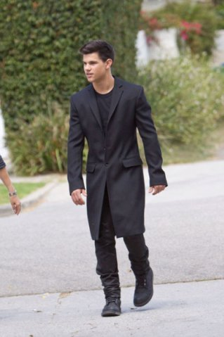 http://images2.fanpop.com/images/photos/6500000/Taylor-Lautner-at-a-photo-shoot-in-Los-Angeles-twilight-series-6512442-319-479.jpg
