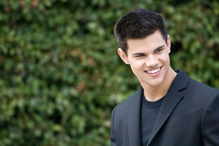 http://images2.fanpop.com/images/photos/6500000/Taylor-Lautner-at-a-photo-shoot-in-Los-Angeles-twilight-series-6512448-450-300.jpg