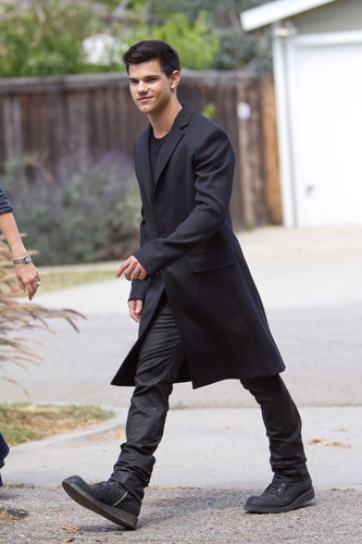 Jacob Black پیپر وال containing a business suit and a well dressed person called Taylor Lautner at his تصویر shoot in L.A.