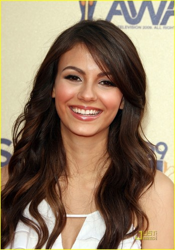 Victoria Justice wallpaper with a portrait entitled Victoria