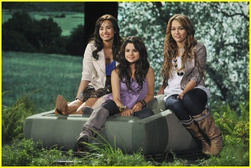 Naughty and Rebels (New Queen) Friends!! Miley-demi-and-selena-demi-l-miley-c-and-selena-g-6579513-500-335