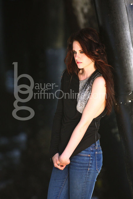 http://images2.fanpop.com/images/photos/6500000/on-set-new-photoshoots-of-Kisten-twilight-series-6526774-450-675.jpg