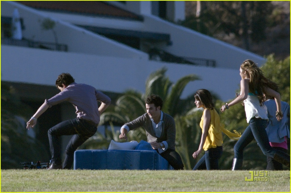 http://images2.fanpop.com/images/photos/6600000/Jonas-Brother-s-Video-Shoot-video-for-Send-It-On-demi-lovato-and-miley-cyrus-6607145-1222-814.jpg