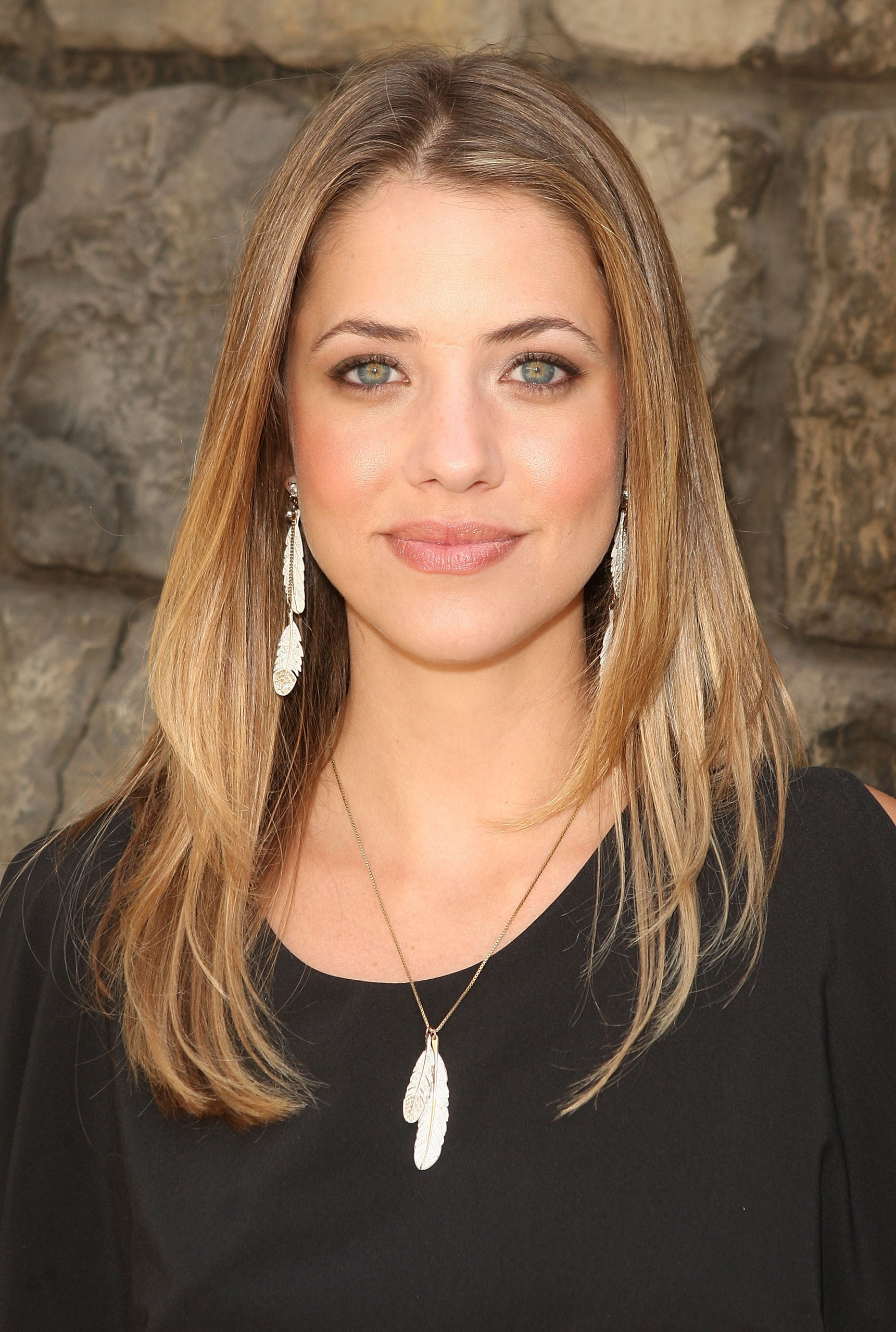The 35-year old daughter of father (?) and mother(?), 173 cm tall Julie Gonzalo in 2017 photo