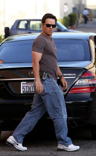 Mark Wahlberg fondo de pantalla possibly containing a calle and an automobile entitled MarkWahlberg<3!