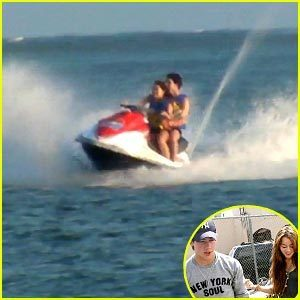 Miley Cyrus and Nick Jonas Jet স্কিইং