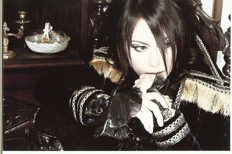 http://images2.fanpop.com/images/photos/6600000/Yuki-versailles-6660595-754-502.jpg