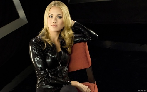 Yvonne Strahovski پیپر وال with a hip boot, tights, and a bustier, بسٹیر titled Yvonne