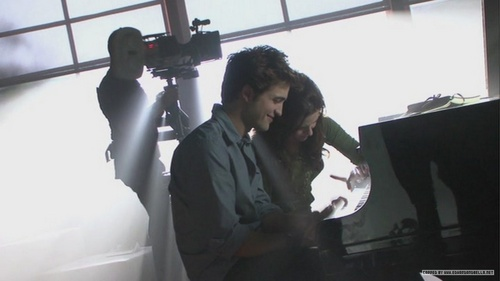 bellan playing piano, see edward face XD