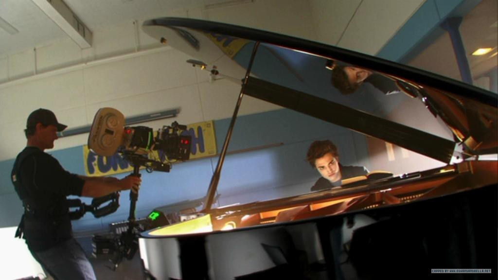 http://images2.fanpop.com/images/photos/6600000/playing-piano-twilight-series-6639127-1024-576.jpg