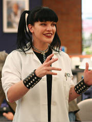 Abby Sciuto پیپر وال titled Abby in lab کوٹ