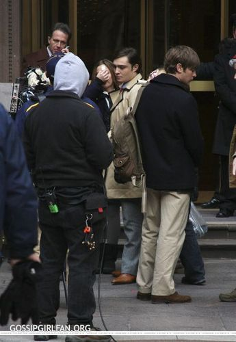 Ed Westwick Hintergrund probably containing a green baskenmütze and a straße entitled Ed on set :D