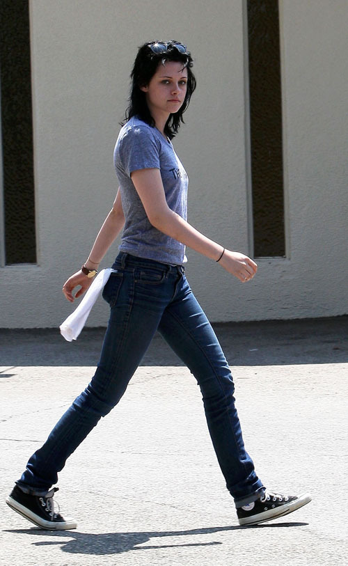 http://images2.fanpop.com/images/photos/6700000/Kristen-Stewart-and-Joan-Jett-twilight-series-6736682-500-813.jpg
