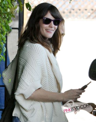 Liv Tyler achtergrond with sunglasses titled Liv